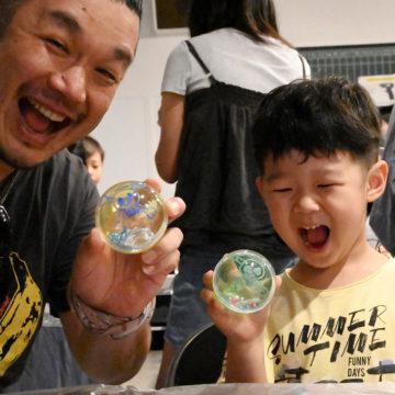 ワークショップを訪問した電脳音楽塾講師のOjjy(左)も息子さんと笑顔を見せる