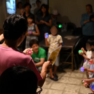 音楽会ではピカピカ光るカプセルを手に踊る