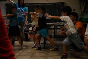 ピカピカ音楽会で一生懸命踊る参加者の子どもたち