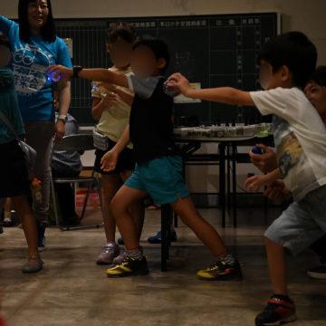 ピカピカ音楽会で身体全体で音を奏でる参加者の子どもたち