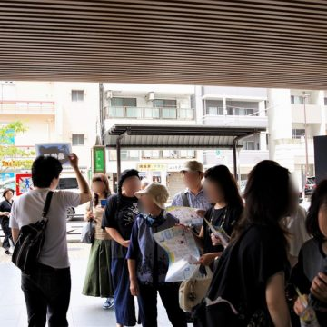 入場待ちの列は会場の屋外まで続いた photo by goma
