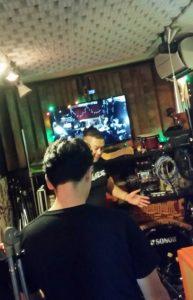 レコーディング現場の説明するOjjy氏(奥)