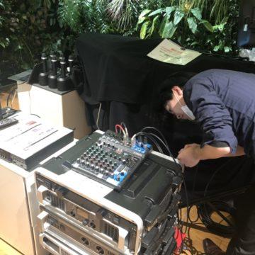 DMMアワード2019の会場で機材をセッティングするMatsu
