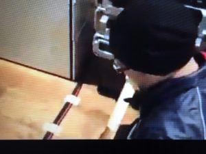配線で人が躓かないよう、床材に近い茶色のテープで仮止め