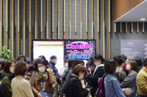 入場待ちをする来場者たち photo by goma