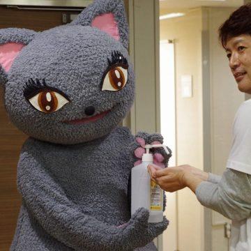 スタッフにアルコール消毒を施すびじゅたん photo by goma