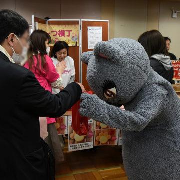 最後のにゃんだらけパンを受け取る来場者を接客するびじゅたん photo by A.Kawasaki
