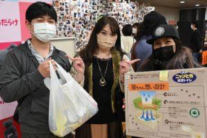 INORANからプレゼントをもらい、笑顔を見せる来場者 photo by A.Kawasaki