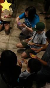 ピカピカ音楽会で子供たちとイベントに加わる著者・Yukki(中央・奥)(photo by Shiho)